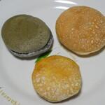 銀のりぼん - 料理写真:色あいと大きさがそれぞれ違うブッセ