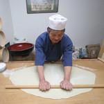 季創りそば 膳 奈美喜庵 - おそばののし  一鉢・二のし・三包丁手打ちの工程、二の伸しです。