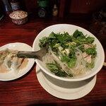 リバーサイゴン - 小皿は、ゆで餃子