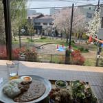 Cafe-nee - 2階カウンター席から公園をのぞむ
