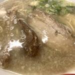 太宰府 八ちゃんラーメン - 小ぶりな丼に褐色の豚骨〜ゴリっと脂の浮いたビジュアル~