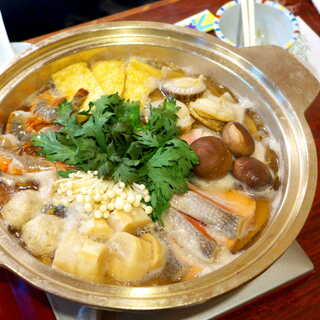 割烹 吉葉 - 豚肉・つみれ・鮭・海老・貝柱・椎茸・油揚げ・えのき・春菊・白菜・大根・ごぼう・麩…