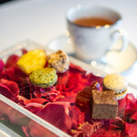 レスト ケイ ヤマウチ - マドレーヌ コーヒーと柚子のマカロン イチゴのゼリー 緑茶のサブレ 八丁味噌のブラウニー クロッカン
