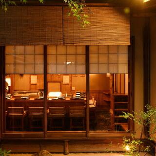 カウンターで味わう揚げたての天ぷら