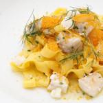 マンサルヴァ - 料理写真:鰆と金柑、ディルのからすみ香る潮オイルソース  サフランを練りこんだフェットチーネ