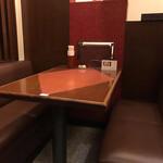 新新園 - 店舗 内観 テーブル席