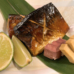 料理や こうしゅう庵 - さば薫製焼きスモーク桜のチップの香り