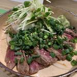 ツマミグイ酒場 カモシカスタンド - 名物肉刺し 赤みのももタタキ