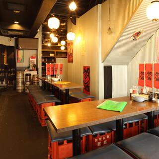 活気溢れる昭和レトロな店内で、わいわい賑やかなお食事を♪