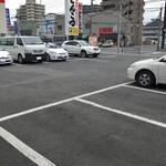 麺堂 香 - 専用駐車場は20台以上だそうですが、中々