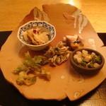12898787 - 前菜盛り合わせ(かますの骨せんべい、ホタルイカ酢味噌、こしあぶらの衣揚げ、ほか)