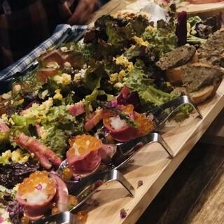 色鮮やかな前菜や拘りの料理を堪能できる飲み放題付きコース
