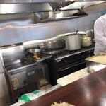 とんかつ レボリューション - 清潔感のあるキッチン