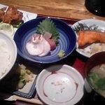 魚菜東西 - 日替わりランチ(刺身、鮭の照り焼き、鶏唐揚げ)