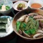 ひと粒 - 地元の山菜を使ったうどん定食 1080円
