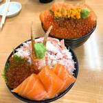 129000055 - 【2020年01月】三食丼(手前)、親子丼&生うに(奥)でパシャリ。