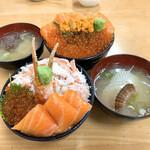 129000057 - 【2020年01月】三食丼(手前)、親子丼&生うに(奥)、添付の汁物も含めてパシャリ。
