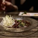 炙りにく寿司食べ放題と食べ飲み放題 個室居酒屋 灯 - ⭐️・馬刺しのカルパッチョ数量限定@880 オニオンスライスとカイワレを巻いていただきます、タレに着けてある馬刺で珍しい。
