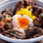 リッコロッ - 黒ゴマが付いて香ばしい唐揚げに甘酢ソースと温泉卵の唐揚げ丼!