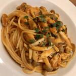 トラットリア・コリーナ・ピッコラ - ムール貝と木の子のトマトソーススパゲティ アンチョビ風味