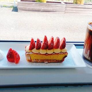カフェ ローブ - 料理写真:アイス黒糖ラテ&イチゴのタルト