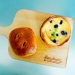 129032553 - 紅茶とイチジクのクリームパンとブルーベリーのチーズタルト