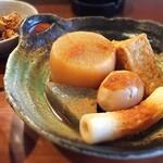 姫路おでん 地料理 居酒屋 じごろ小廣 - 姫路おでんは、生姜がガツンと効いてます。 タネの上にのってるのも、細かい生姜です。