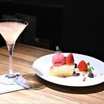 SWEETS BAR ASHIOTO - チーズケーキと数種のベリー