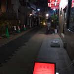 アルジャーノン シンフォニア - 繁華街から一本入った裏路地に、赤いサイン