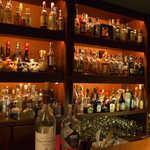 アルジャーノン シンフォニア - なかなかに充実したバックバー。プレミアムテキーラのユニークな瓶も並ぶ