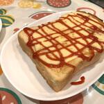 カナリヤ - チーズトースト¥450 厚切りのパンに、これでもか!!と言うくらいのチーズ!!そしてこのチーズケーキよく伸びる!食べにくいけど美味しい^^ コーンスープ付き