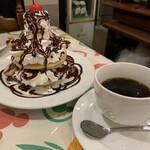 カナリヤ - バナナホットケーキ ¥850 ドリンク付。その名の通り。クリームたっぷり。食べても食べても減らない 笑 美味しい。