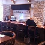 Chioggia - 手前がテーブル席、見えてるのは広めのカウンター席。お一人様でも居心地いい感じ。