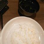 ビーフ インパクト - 【2020/4】ご飯と味噌汁黒くて見えないw