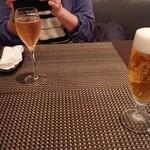 オ・モン - 乾杯はスプマンテとビール。