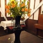 四間道レストランMATSUURA - 店内の中心にはいつもきれいなお花が生けられています☆