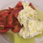 青 AO - ブッラータと地元のトマト