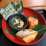 豊年萬福 - 紅鮭・明太子・梅干・海苔・あられ・わさび。塩辛いものが多いが、いずれも食欲をそそる具材