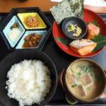 豊年萬福 - 焼紅鮭・明太子の冷汁茶漬け(¥1080)。宮崎の郷土料理を、豊富な具材で楽しめるユニークなセット