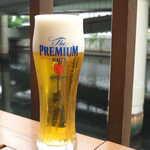 豊年萬福 - プレミアムモルツ(小グラス¥432)。日本橋川を見下ろして、まずは乾杯!
