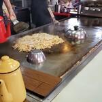 広島風お好み焼 くいしん坊 - もやしをのせて、タレで仕上げを
