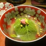 もと井 - 甘鯛の桜蒸し:甘鯛が もち米、わらび、ゼンマイと共に お出しの効いた汁のなかで、桜の葉が覆い、桜の花の塩漬けと 山葵がトッピングされています。 細かなあられが散らしてあるのも良いですネ!     2020.03.27