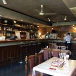 インド料理レストラン ナマステ - 広い店内。随分以前はバーでしたので一般的なカレー店とは違います。