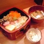 12917596 - 海鮮丼(ニの重)と味噌汁と小鉢