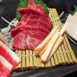 熊本ホルモン - 左から  フタエゴ、赤身、心根(しんね)、タテガミ。 私は赤身とタテガミが好きですね。トロけます。