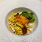 129174104 - アンティパストのテーマは春!新鮮な空豆、うすいえんどう、西洋タンポポ、雲丹。ドライトマトのアクセント。