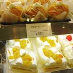 銀座 コージーコーナー - ショーケース:カットケーキ