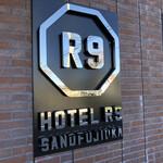 CAFE R9 - ホテルの看板