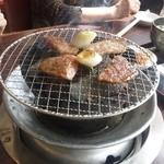 Sumibiyakinikuyamato - 炭で焼きます。換気扇はしっかりしていますので、においは服につきません