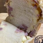 ベーカリーゴアール - 料理写真:オニオンブレッド(ハーフ)290円税別。 そのままでもしっとり美味しいけど軽く焼くともっと美味しい。